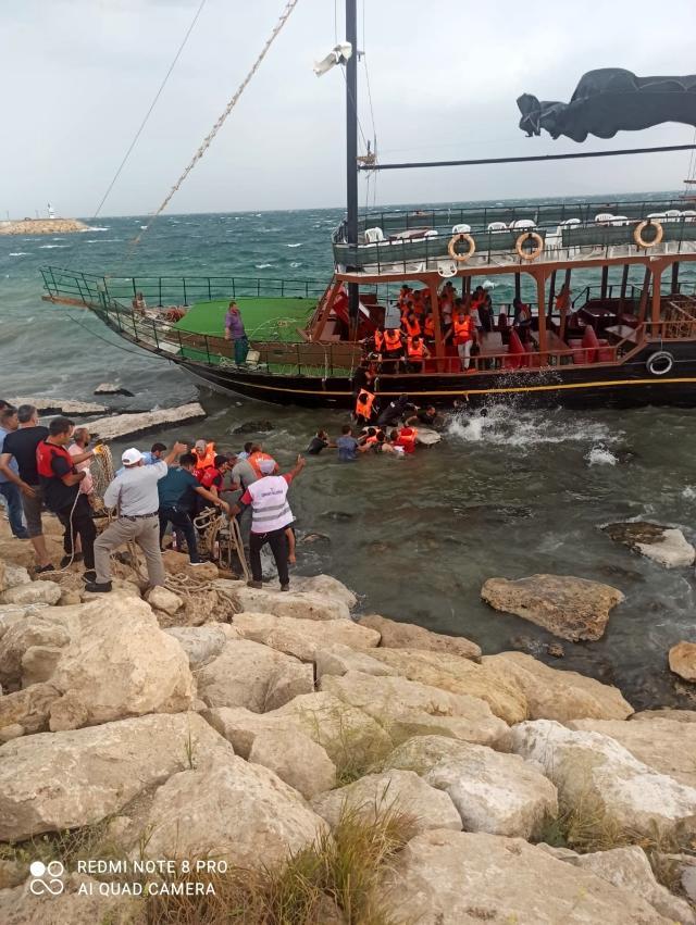 Son Dakika   Van Gölü'nde karaya oturan teknedeki yolcular büyük korku yaşadı